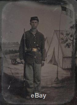 1860's CIVIL WAR 1/4 PLATE TINTYPE PHOTO OF UNION SOLDIER with AMERICAN FLAG